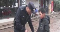9岁男童拾金不昧 民警点赞!