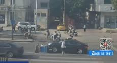 老人被压车下 警民齐伸援手